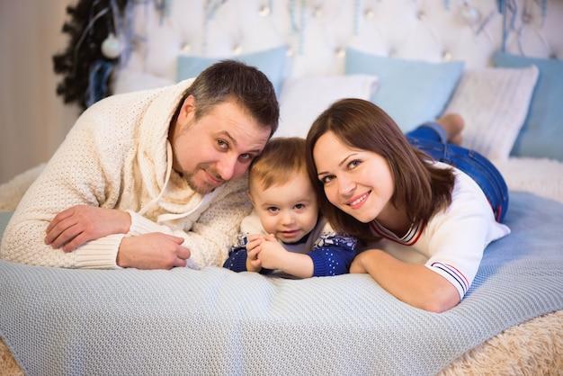 Hermosa familia disfrutando de sus vacaciones juntos y divirtiéndose