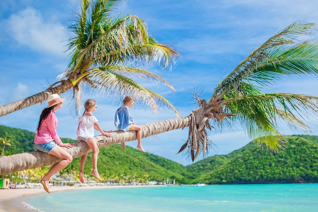 Hermosa familia feliz en unas vacaciones de playa tropical