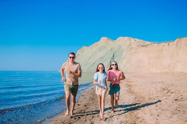 Hermosa familia feliz en unas vacaciones en la playa tropical