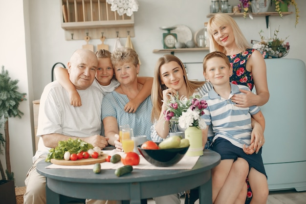 Hermosa familia grande preparar comida en la cocina