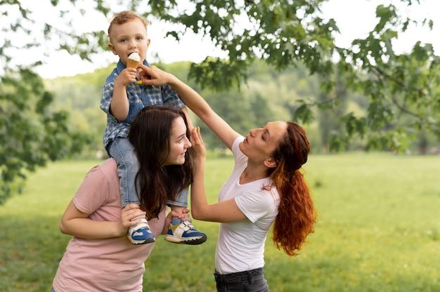 Hermosa familia lgbt en el parque