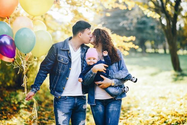 Hermosa familia en un parque