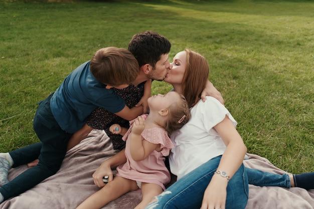 Hermosa familia pasa tiempo juntos al aire libre