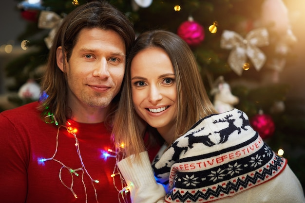 Hermosa familia pasando la navidad en casa