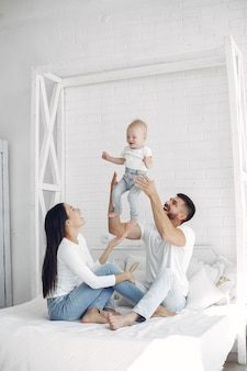 Hermosa familia pasar tiempo en un baño