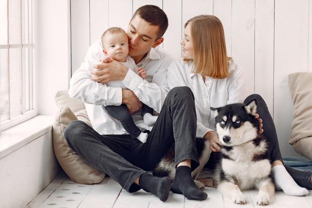 Hermosa familia pasar tiempo en una habitación con un perro