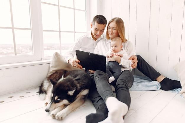 Hermosa familia pasar tiempo en una habitación con una tableta