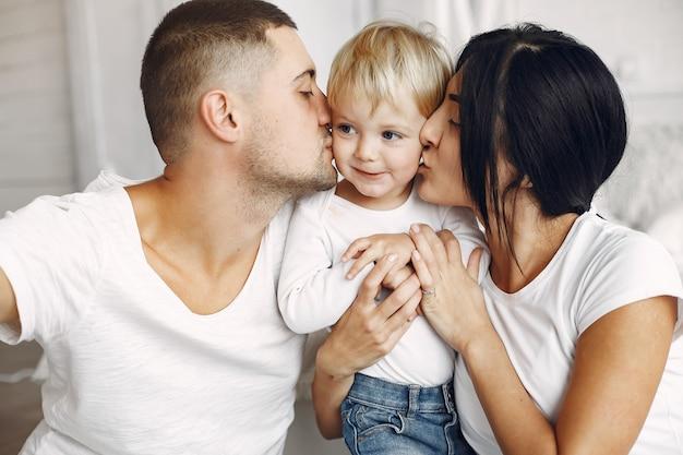 Hermosa familia pasar tiempo en una habitación