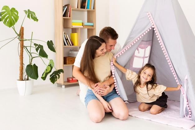 Hermosa familia pasar tiempo juntos en casa con espacio de copia