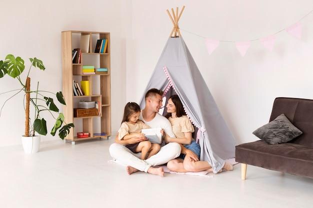 Hermosa familia pasar tiempo juntos en casa