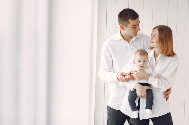 Hermosa familia de pie en blanco