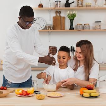 Hermosa familia preparando la cena juntos
