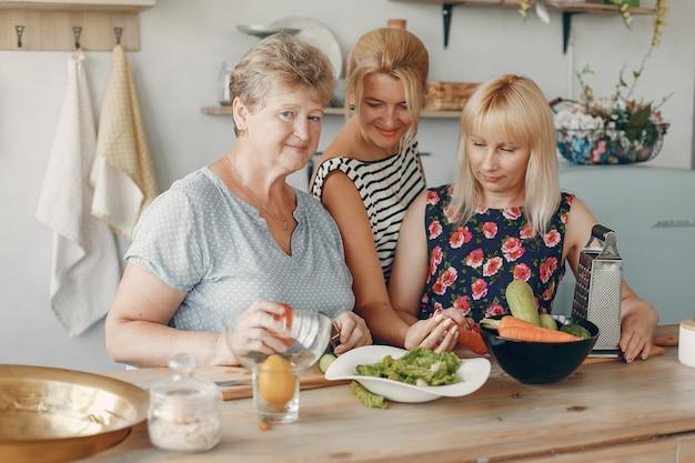 Hermosa familia preparar comida en la cocina