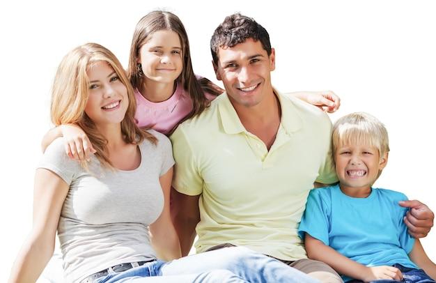 Hermosa familia sonriente en el fondo