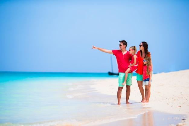 Hermosa familia en vacaciones en la playa