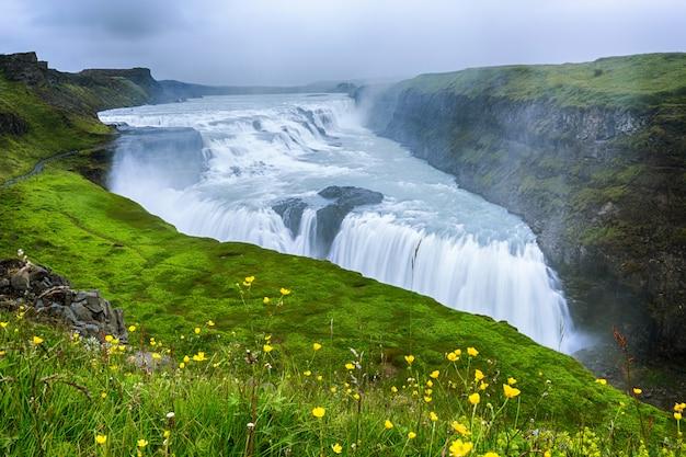 Hermosa y famosa cascada de gullfoss, ruta del círculo dorado en islandia, hora de verano