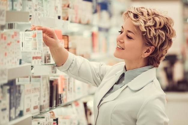 Hermosa farmacéutica está buscando medicina.