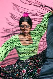 Hermosa flamenca bailando con chal manila