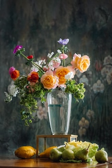Hermosa flor en un jarrón con limones en el fondo como una obra de arte renacentista