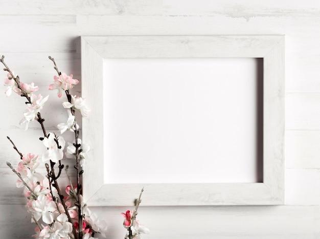 Hermosa flor y un marco en la pared de madera