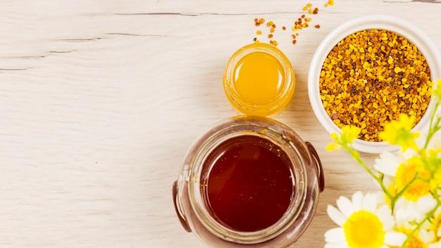 Hermosa flor con miel y polen de abeja