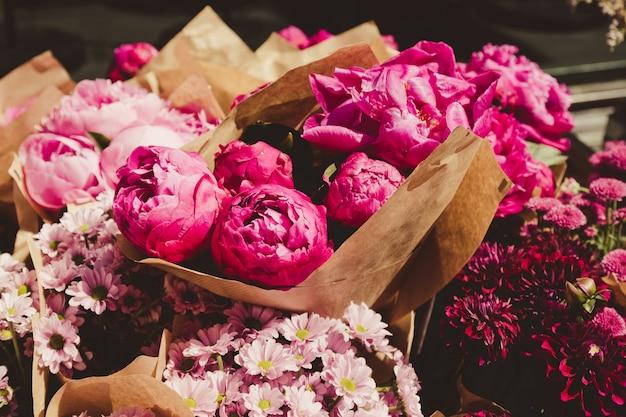 Hermosa flor de peonía para catálogo o tienda en línea. concepto de tienda floral. ramo recién cortado. entrega de flores