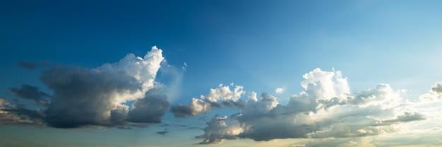 Hermosa forma de nube de desenfoque de movimiento en el cielo azul en el atardecer