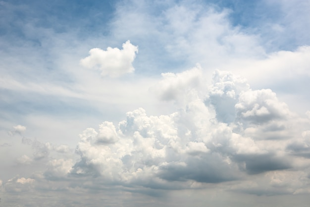 Hermosa forma de nube de desenfoque de movimiento en el cielo azul
