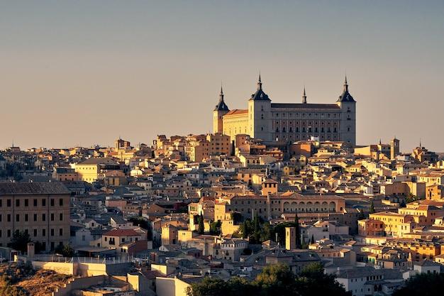 Hermosa fortificación de piedra del alcázar de toledo en toledo, españa