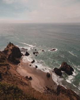 Hermosa foto de los acantilados en la costa del hermoso mar