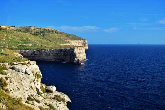 Hermosa foto de acantilados de piedra caliza en migra il-ferha, islas maltesas