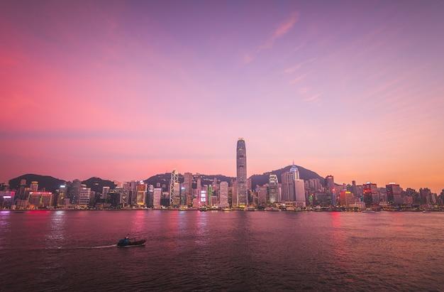Hermosa foto de una arquitectura urbana de la ciudad urbana con el cielo impresionante y un lago
