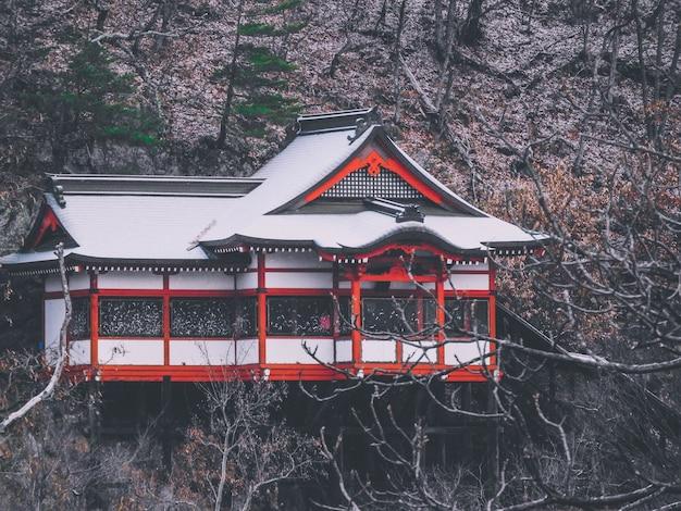 Una hermosa foto de una casa de estilo japonés en la montaña.