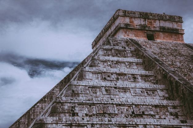 Hermosa foto de chichén itzá con cielo nublado
