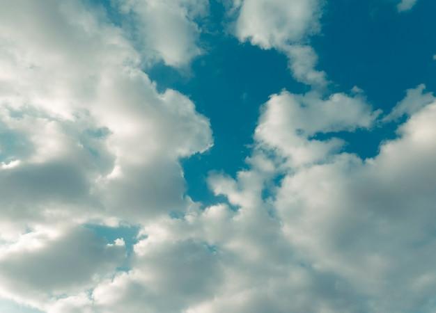 Hermosa foto con cielo azul con nubes cúmulos. día de verano.