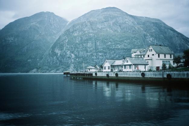 Una hermosa foto de una ciudad costera, casas y un lago