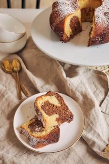 Hermosa foto de un delicioso pastel de anillo puesto en una placa blanca.