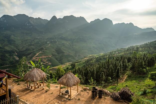 Una hermosa foto de un edificio cerca de las montañas boscosas.