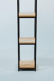 Hermosa foto de un estante moderno de madera aislado sobre un fondo blanco.