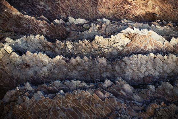 Hermosa foto de formaciones rocosas marrones