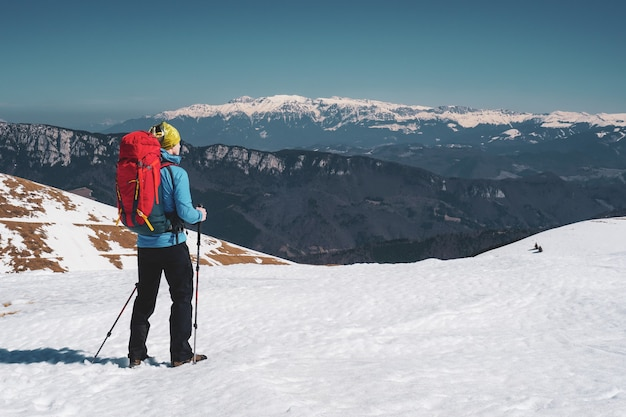 Hermosa foto de un hombre de senderismo en los nevados cárpatos en rumania