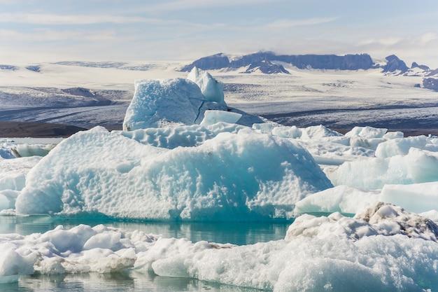 Hermosa foto de icebergs con montañas nevadas de fondo