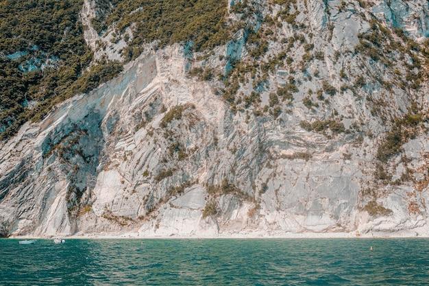 Hermosa foto de una isla tropical rodeada de agua clara en un día soleado