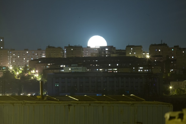 Hermosa foto de la luna sobre la hermosa ciudad de ereván durante la noche