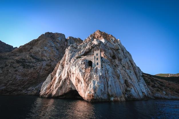 Hermosa foto de un mar con acantilados de fondo