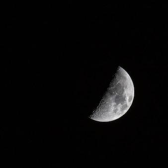 Hermosa foto de una media luna en el cielo oscuro