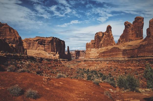 Hermosa foto de la montaña del desierto en el parque nacional arches en un día soleado