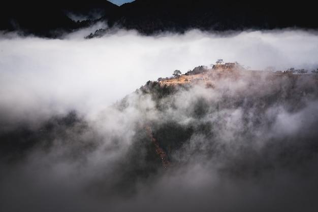 Hermosa foto de una montaña sobre la niebla