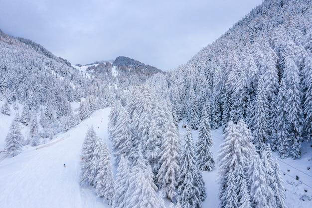 Hermosa foto de montañas cubiertas de nieve en invierno