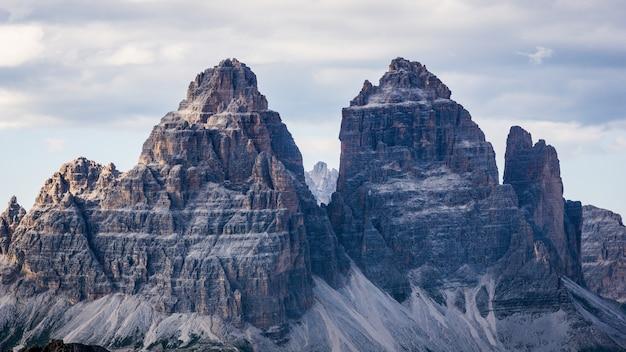 Hermosa foto de las montañas tre cime di lavaredo con un cielo nublado